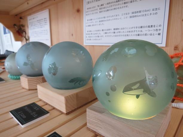 ガラスの浮き球を使ったランプ