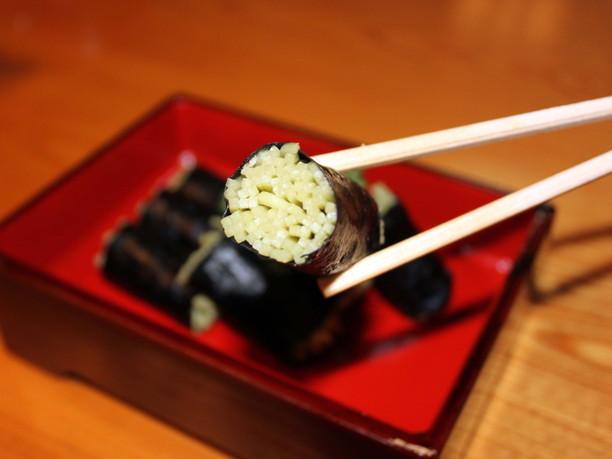 薄緑色の蕎麦が入ったそば寿司