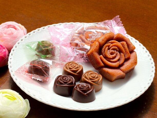 バラの香りがするチョコレートやバラを形どった焼き菓子