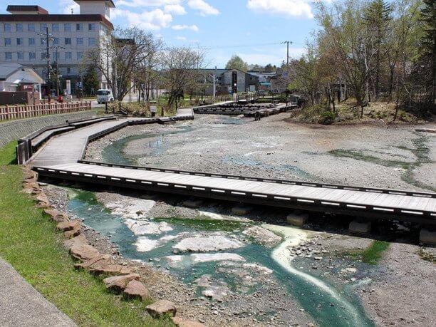 温泉が流れる川