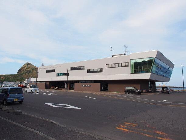 鴛泊(おしどまり)港の鴛泊フェリーターミナル