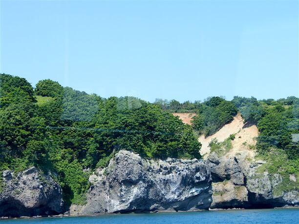 連なる険しい断崖絶壁