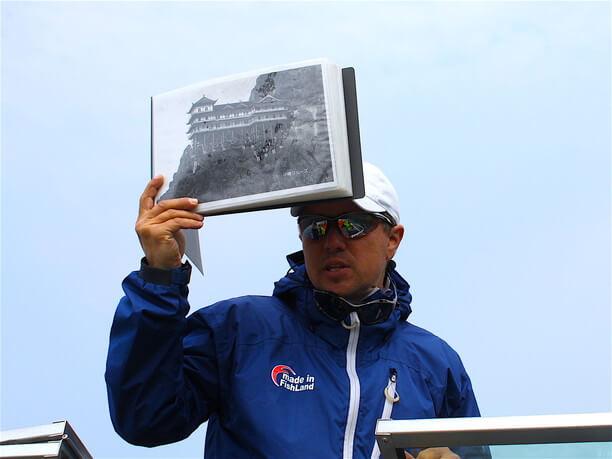 昔の写真を手に説明してくれる船長