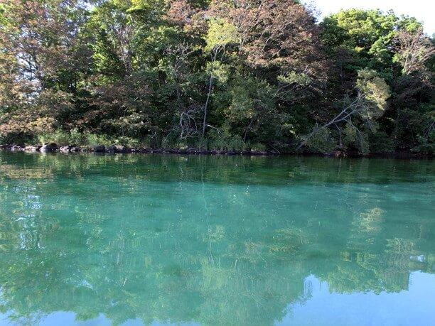 エメラルドグリーンの水面