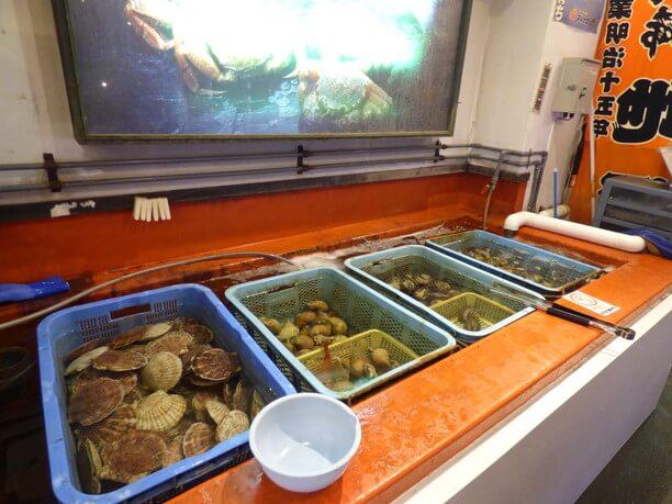 ホタテなど活きた貝がいっぱい