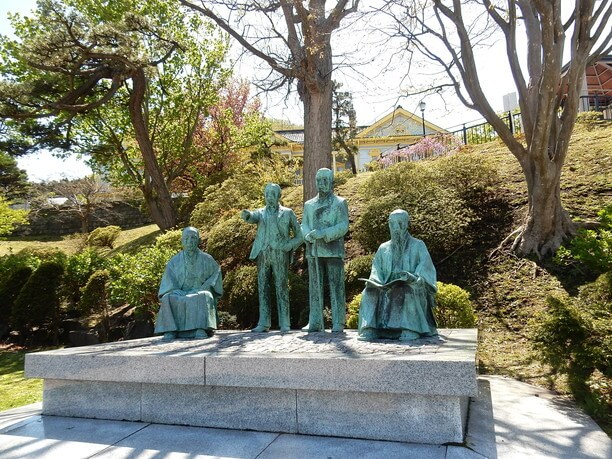私財をなげうって奔走した函館四天王の像