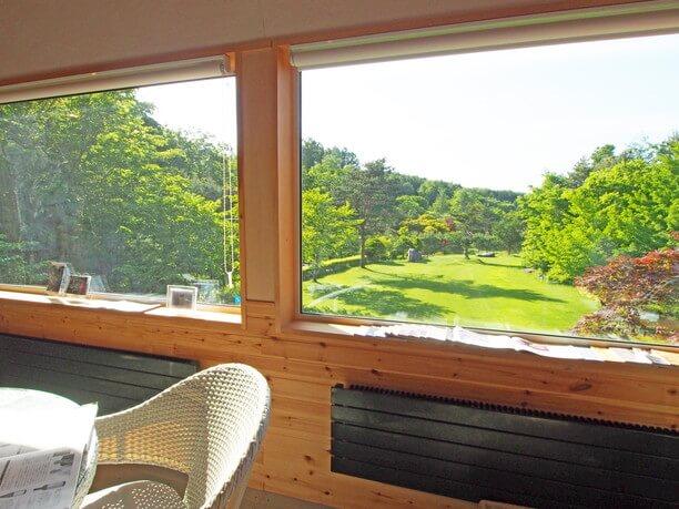 窓の外に広がる緑の風景