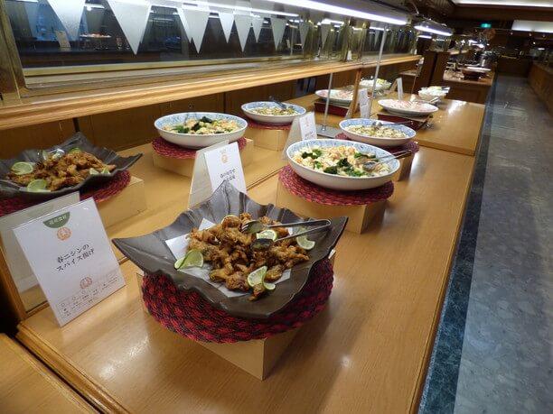 大皿料理が並ぶ「リバティ」