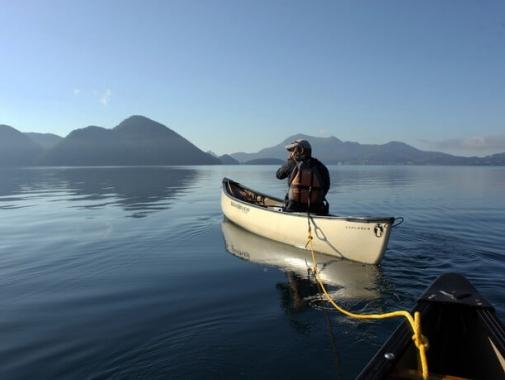 中島や湖周辺の山々の雄大な景色