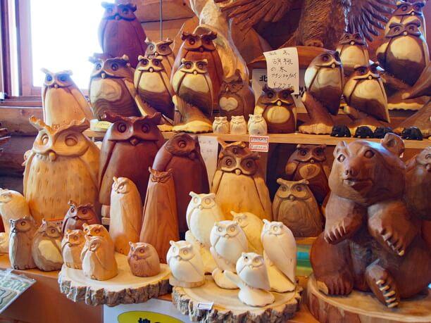 フクロウやクマの彫刻