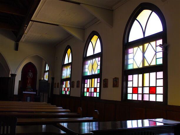 ステンドグラスの優しい光に包まれる礼拝堂内