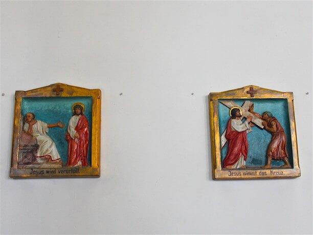 キリストが十字架にかけられるレリーフ