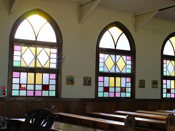 窓に輝くステンドグラス