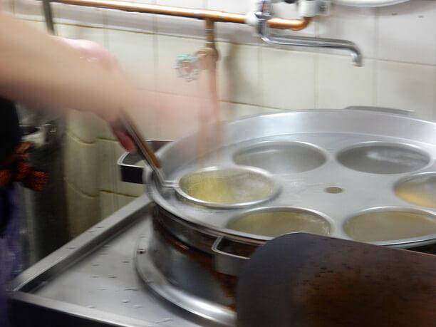 短時間でやや硬めに茹で上げる麺