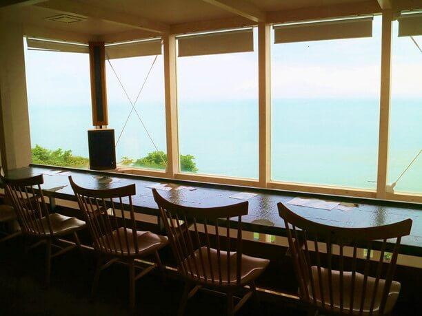 太平洋を一望できる窓