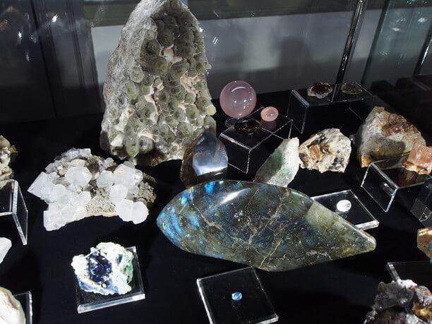 きらめく天然鉱石