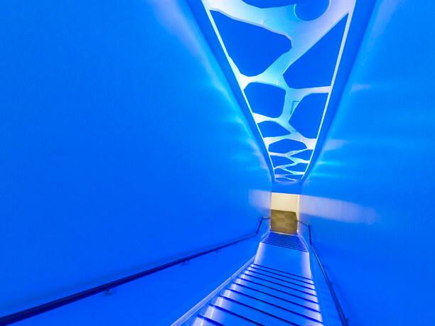流氷をイメージした幻想的な階段