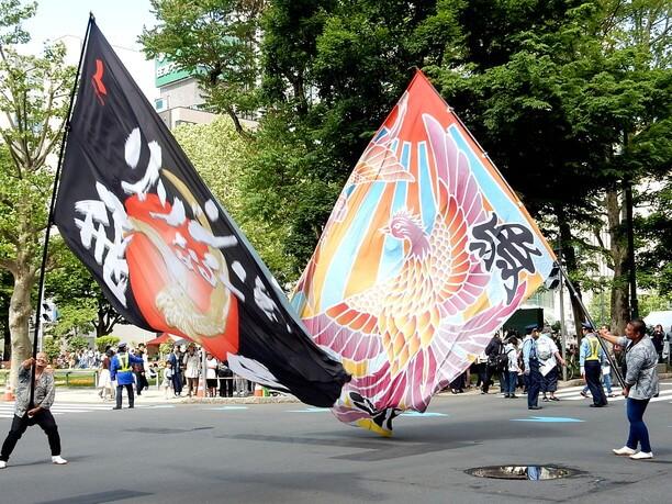 大きな旗を芸術的に振ったダイナミックな動き