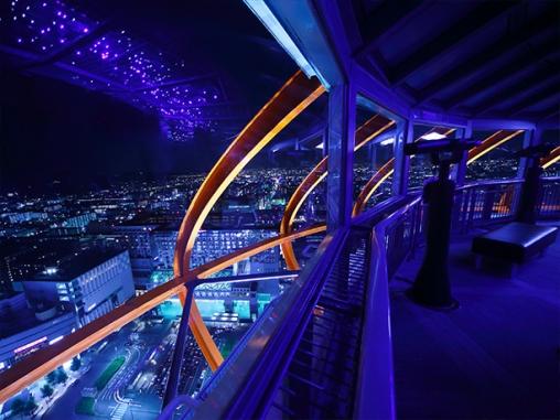夜の駅の風景