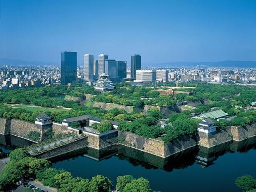都会の中心部にある大阪城