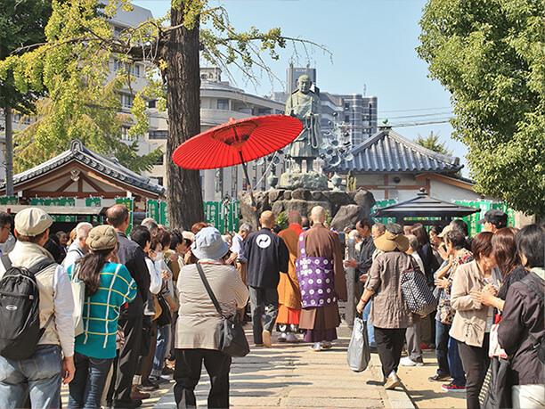 境内を歩く四天王寺の僧侶