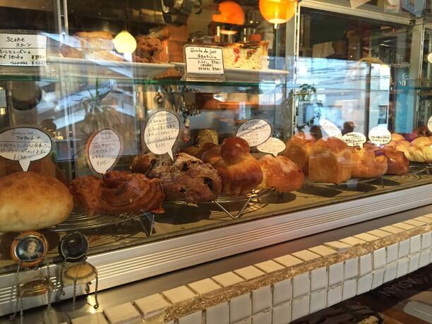 ショーケースに並ぶパン