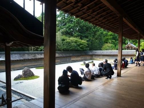 石庭を眺める人々