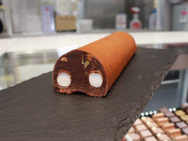 棒状の生チョコに、マシュマロ、オレンジピール、アーモンドが入っているポンテナーク