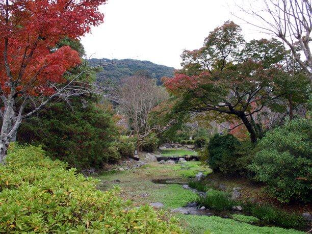 回遊式日本庭園が広がる園内