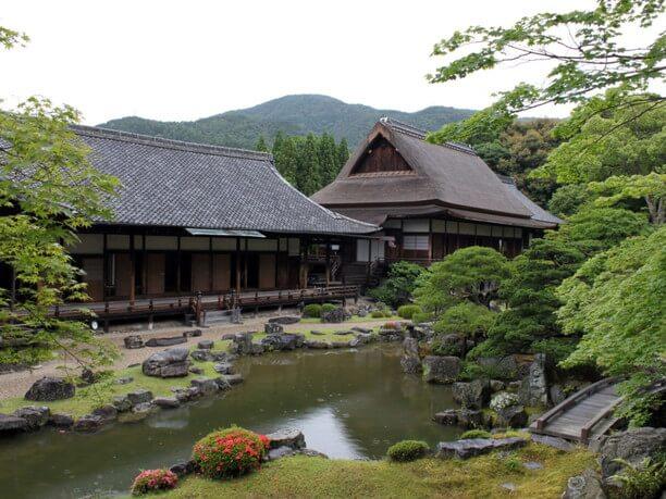 庭から眺める醍醐寺
