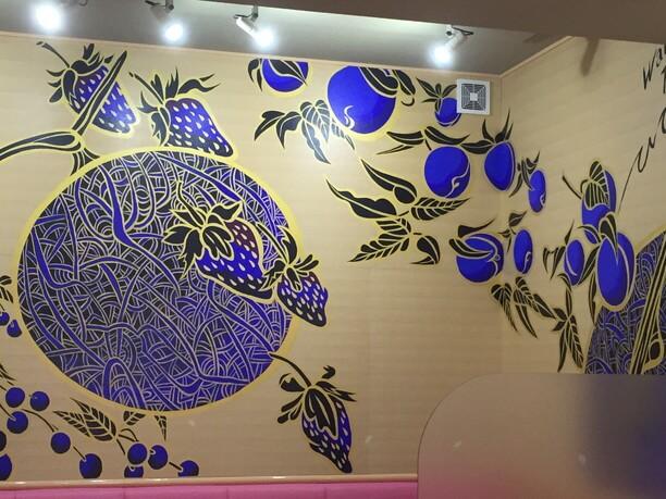 鮮やかなマリンブルーの壁画