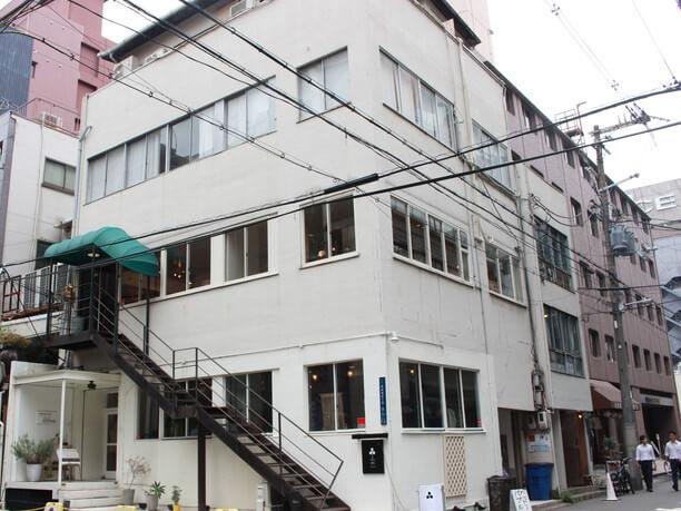 隣のビル二階