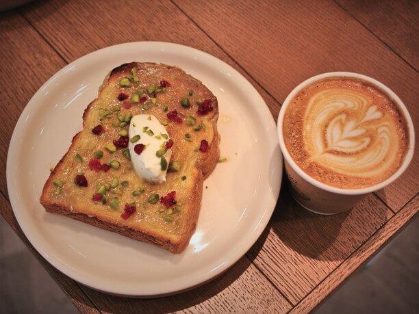 トーストとカフェラテ