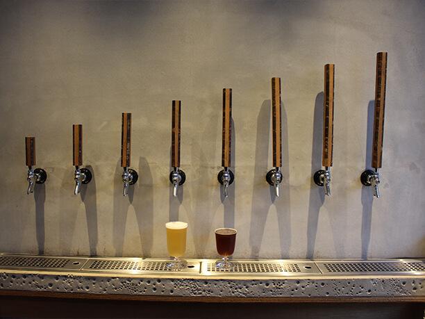 ビールサーバーとグラス