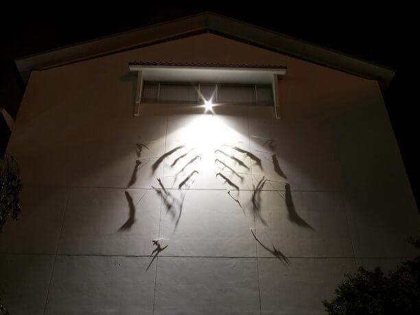 福寿蔵の外壁に浮かび上がる光と影のアート