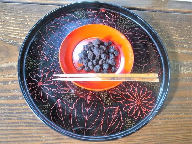 見た目は真っ黒けの小さな丸いかたまりの大徳寺納豆