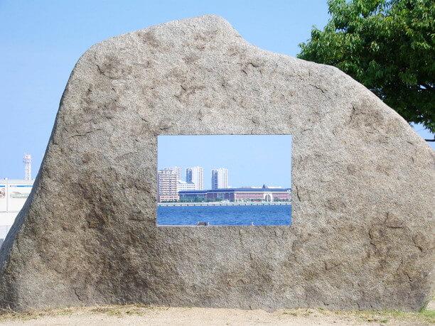 石の穴の向こうに見える神戸の海