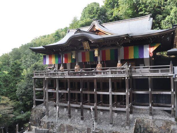 「懸崖造り」で造られた本殿