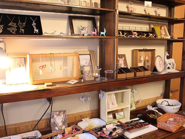 商品の並ぶ棚