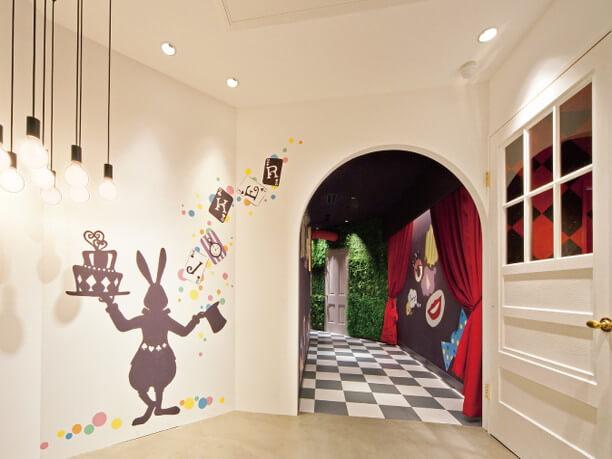 楽しげな装飾がほどこされた廊下