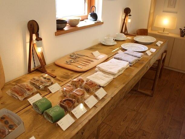ギャラリーに展示しているオリジナルの食器たち