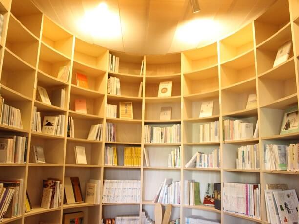 繭をイメージした読書室