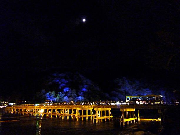 京都・嵐山花灯路のイベント期間中の渡月橋