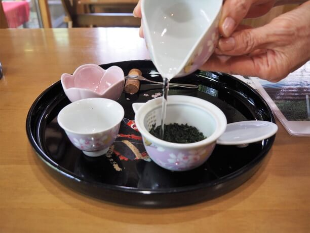 茶葉にお湯を注いでから約2分待つのがルール