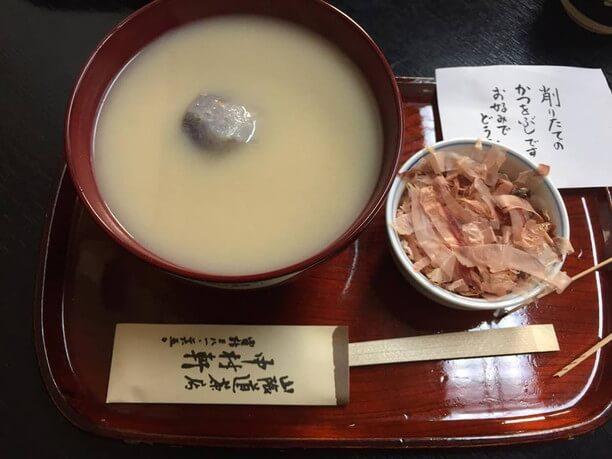 京都らしい白味噌仕立てのシンプルなお雑煮