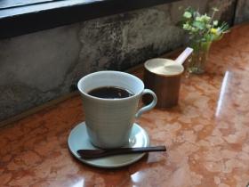 「朝日焼」のカップ&ソーサーに入ったコーヒー