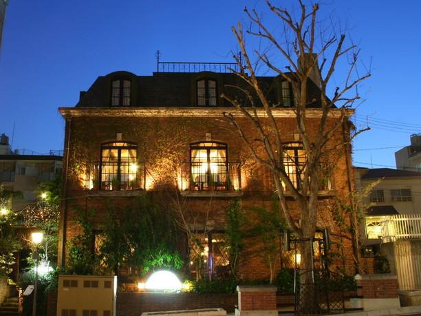 神戸・北野坂に建つ蔦に覆われた赤レンガの洋館「にしむら珈琲店」