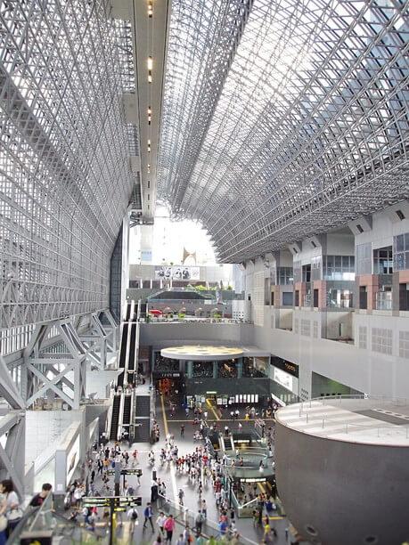 約4000枚ものガラスが天井を覆う巨大アトリウム