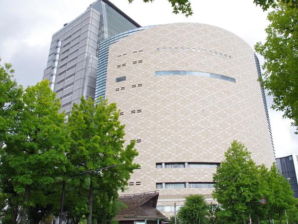 NHK大阪放送局と隣接して建つ特徴ある外観