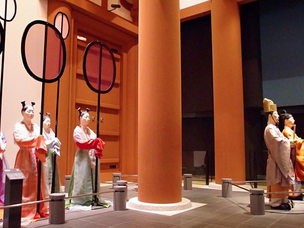 朱塗りの円柱、官人たちの出迎え